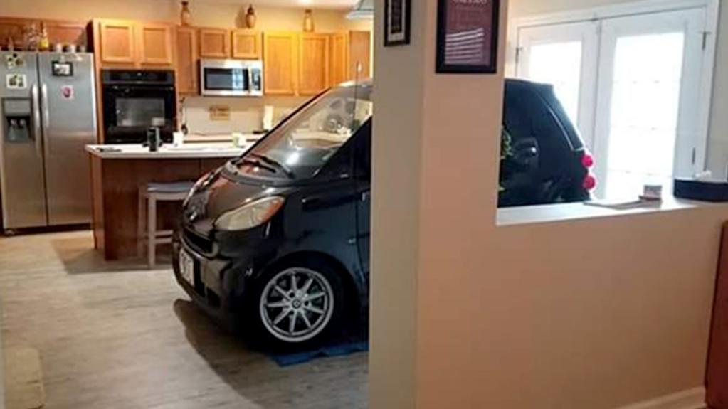 Patrick Eldridge wollte seinen smart nicht dem Hurrikan aussetzen. Da die Garage aber schon zugeparkt war, sicherte er sein Liebling einfach in der Küche.