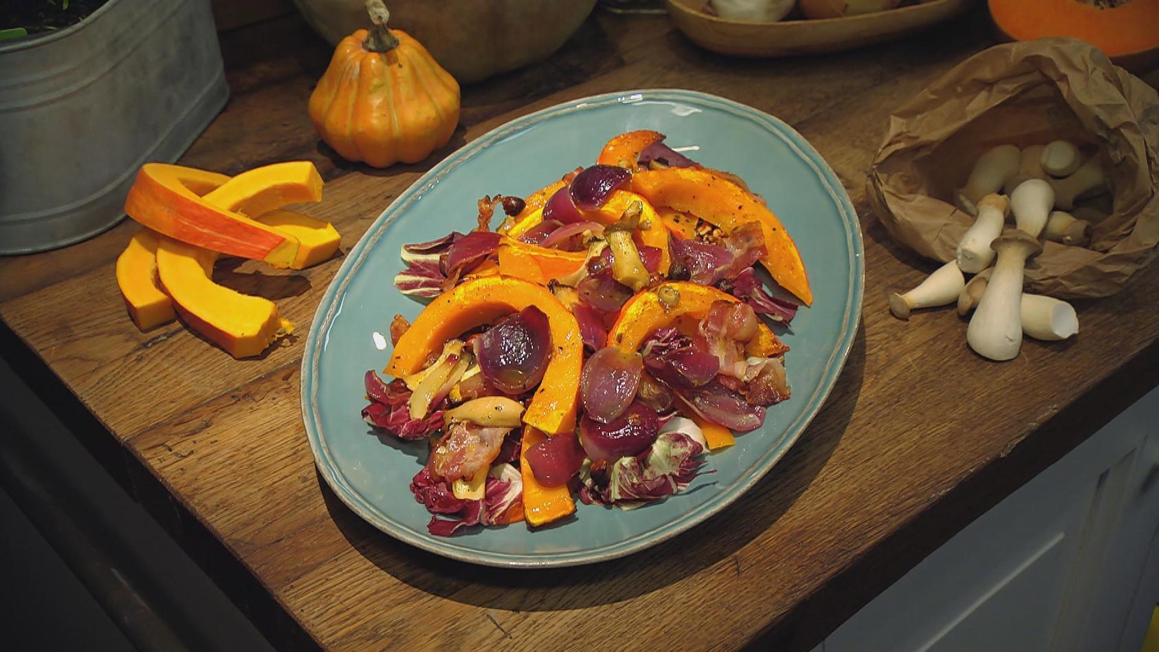 Kugelrund! Kürbisgenuss mit Pfiff: Gebackener Kürbis auf Bacon-Pilz-Salat