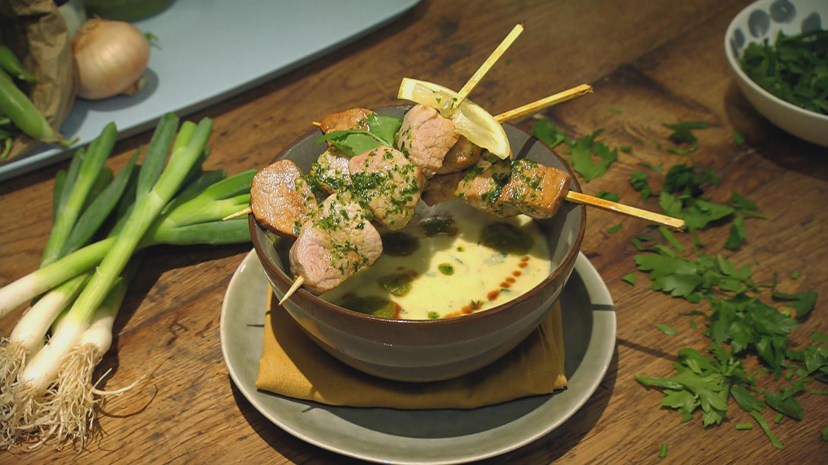 Frische Gartenküche – Purer Genuss aus der Heimat: Kartoffel-Lauch-Suppe mit Schweinefilet-Spießen