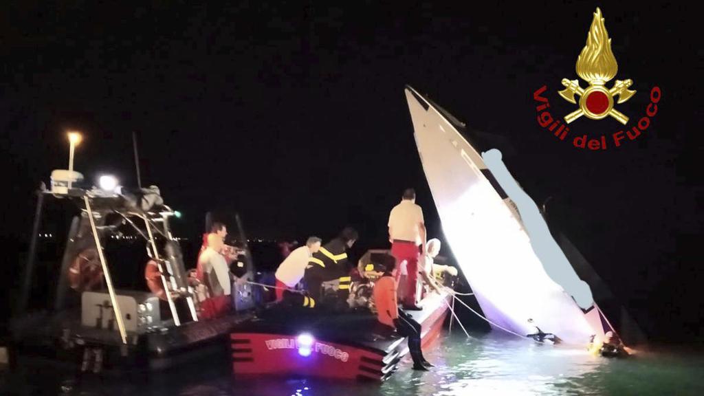 HANDOUT - 18.09.2019, Italien, Venedig: Dieses von der italienischen Feuerwehrleuten zur Verfügung gestellte Foto zeigt Feuerwehrleute die das Wrack eines Rennbootes aus der Lagune von Venedig ziehen. Ein Rekordversuch mit einem Rennboot hat für drei