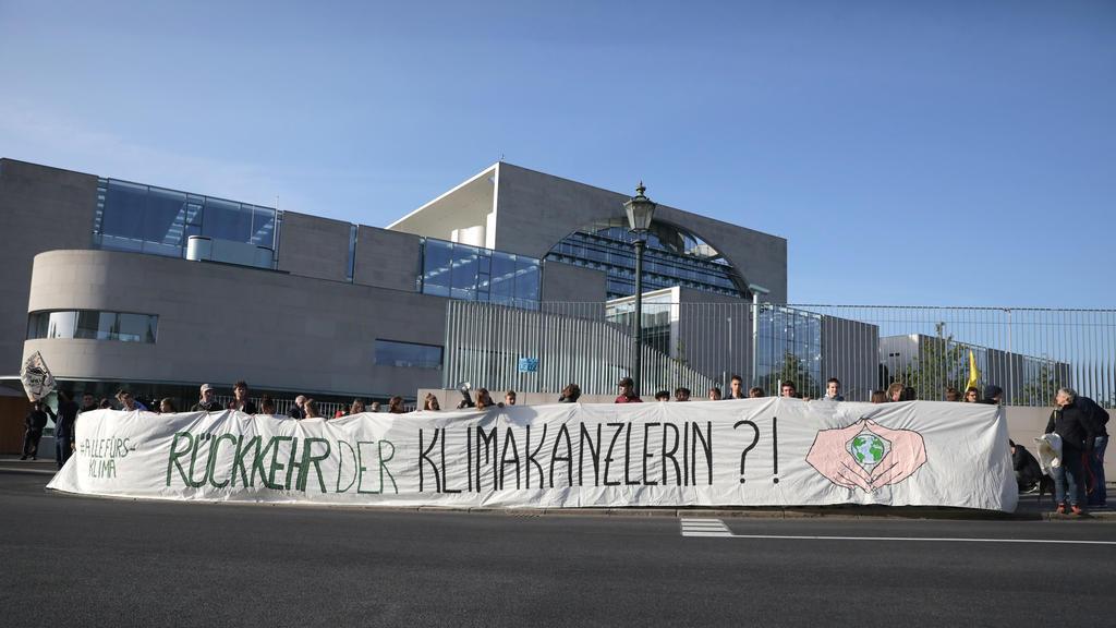"""20.09.2019, Berlin: Demonstranten halten ein Banner """"Rückkehr der Klimakanzlerin?!"""" beim Treffen des Koalitionsausschuss im Kanzleramt. Foto: Christoph Soeder/dpa +++ dpa-Bildfunk +++"""