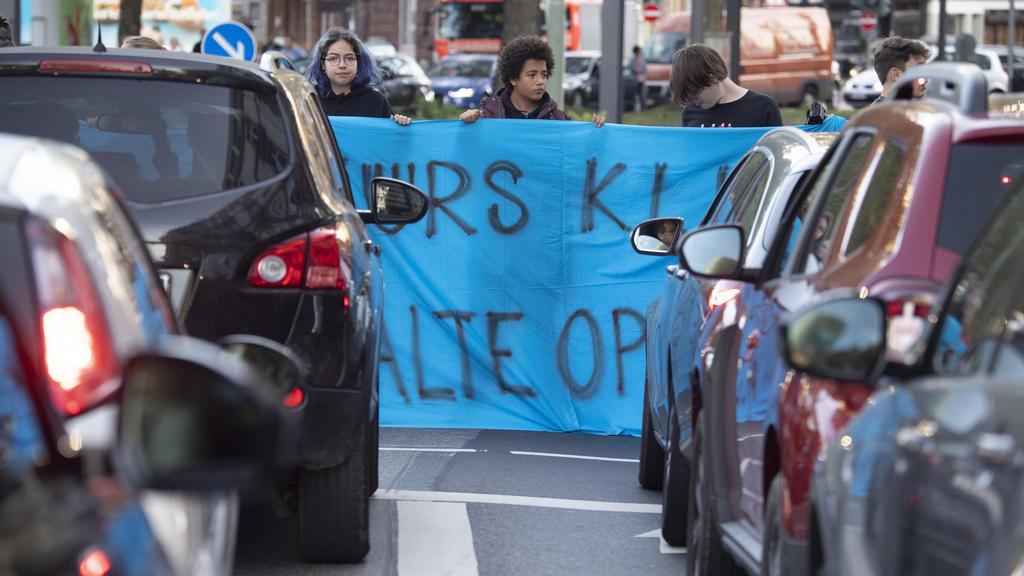 Demonstranten verschiedener Aktionsbündnisse blockieren den Verkehr auf dem Baseler Platz. Die Demonstranten folgen dem Aufruf der Bewegung Fridays for Future und wollen für mehr Klimaschutz kämpfen. Sie wollen dam
