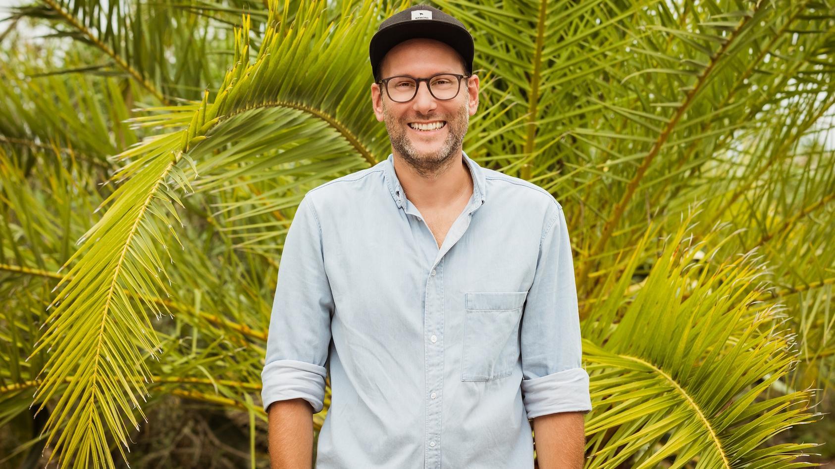 """Simon Beeck ist die Stimmt von """"Love Island""""."""