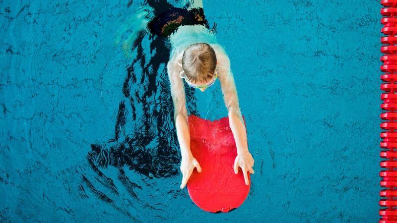 Wegen geschlossener Bäder konnten viele Kinder nicht richtig Schwimmen lernen.