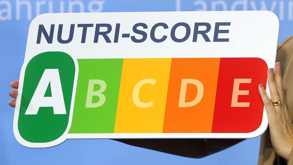 """30.09.2019, Berlin: Julia Klöckner (CDU), Bundesernährungsministerin, stellt während einer Pressekonferenz in ihrem Ministerium das neue Nährwertkennzeichen """"NutriScore"""" vor. Untersucht wurden vier Modelle für eine klarere Kennzeichnung von Zucker, F"""
