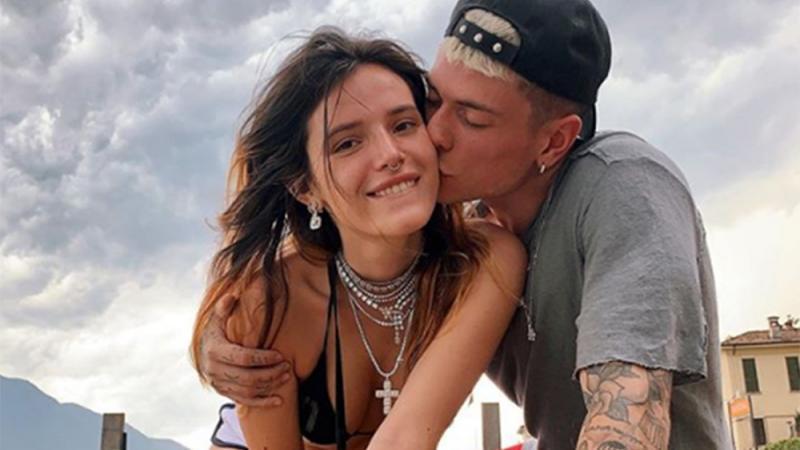 Schauspielerin Bella Thorne und Benjamin Mascolo haben viel Liebe zu geben: Die beiden haben nämlich die Produktionsassistentin Alex Martini in ihre Beziehung aufgenommen.