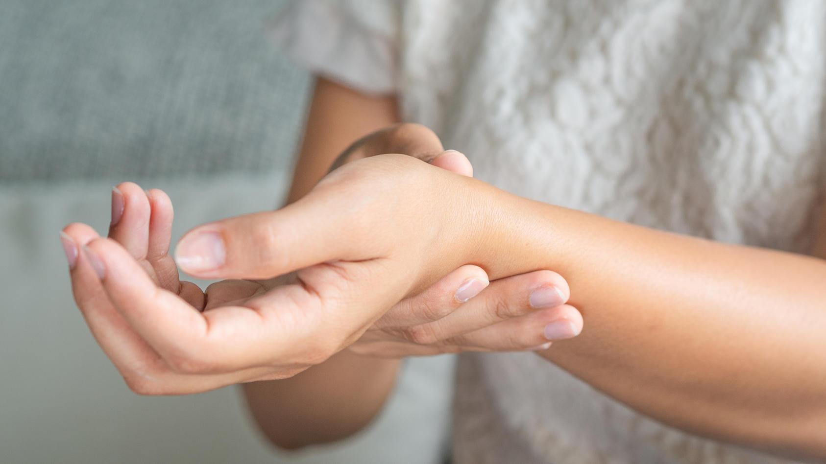Rheuma sorgt für Bewegungseinschränkungen bei Erkrankten.