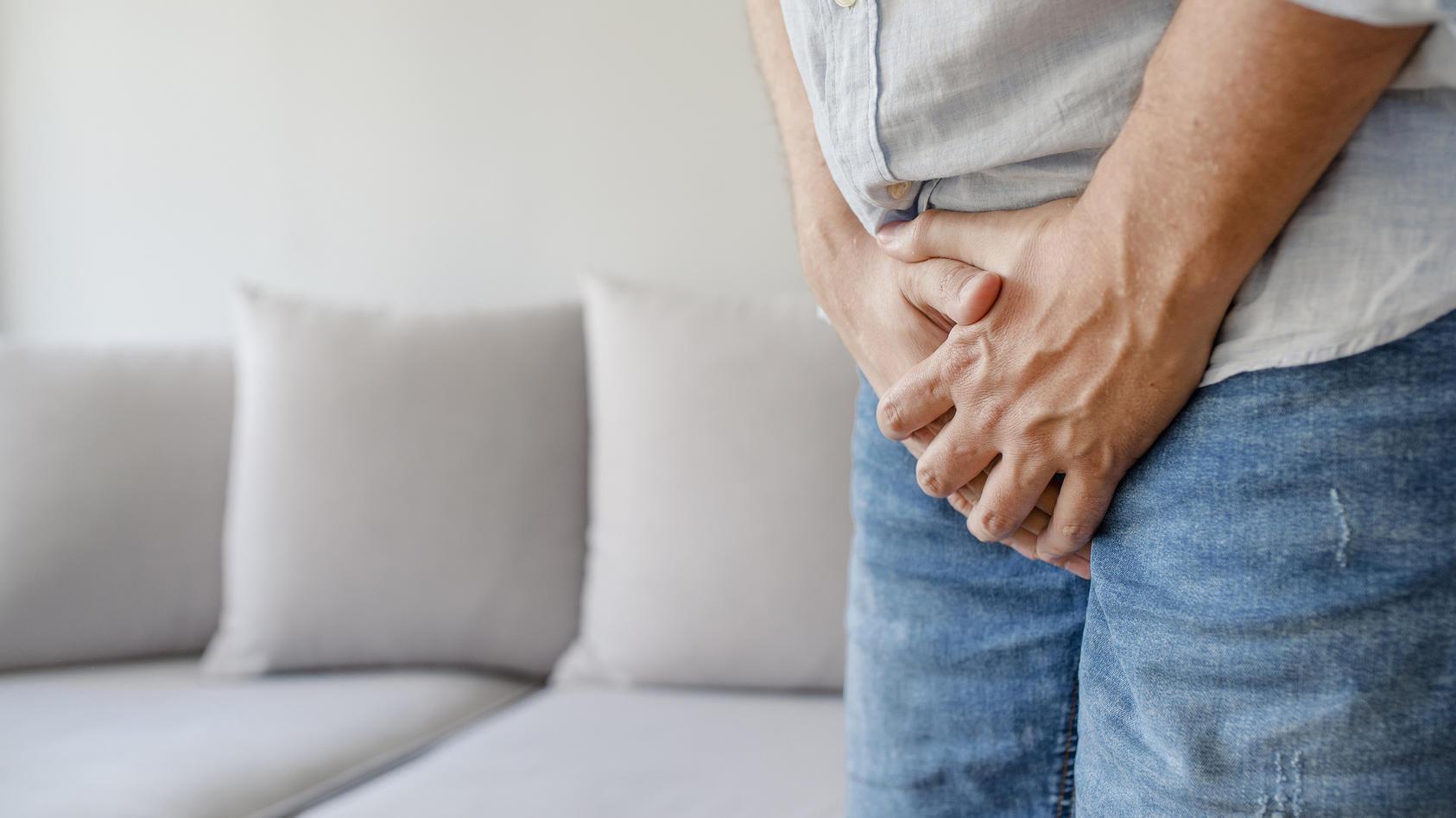 Bei einer Hodentorsion verdreht sich der Hoden am Samenstrang. Das ist sehr schmerzhaft, der Hoden kann absterben