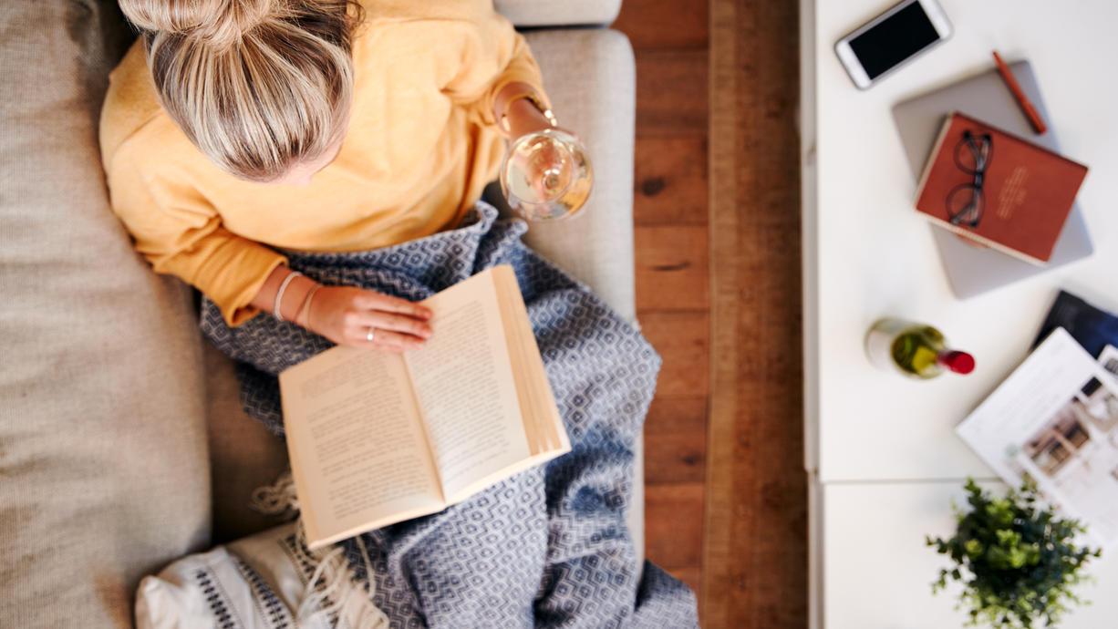 Ein Glas Wein und ein gutes Buch - mehr braucht es nicht zum Glück, oder?