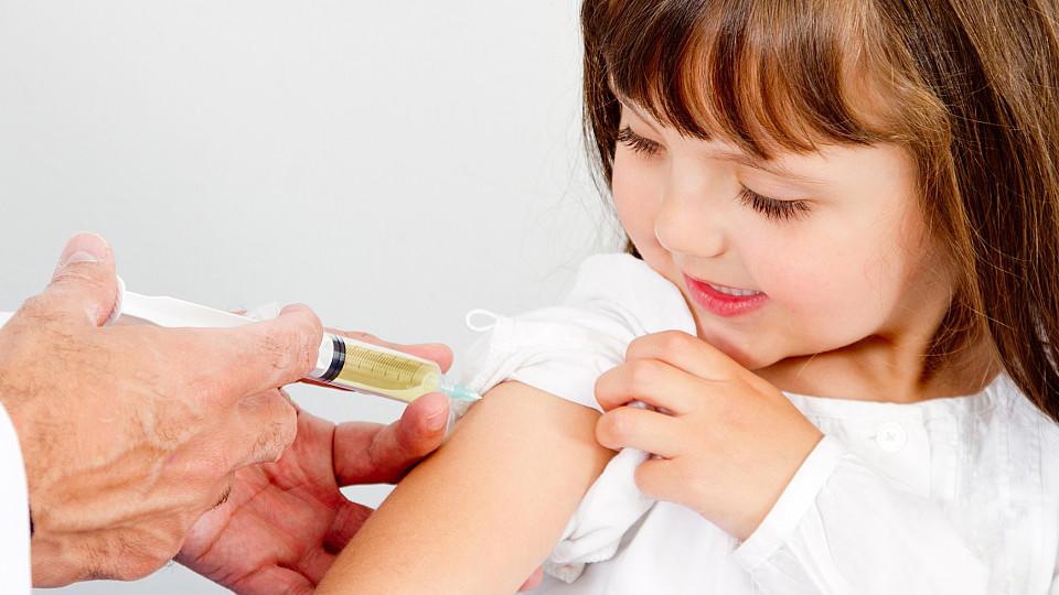 Kind wird geimpft (Symbolbild)