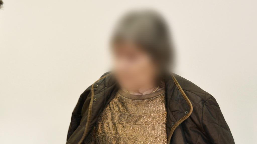 Die 72-jährige Angeklagte betritt mit ihrem Anwalt Matthias Seipel den Gerichtssaal. Die Anklage wirft der mutmaßlichen Sektenchefin Mord an einem damals vierjährigen Jungen vor.