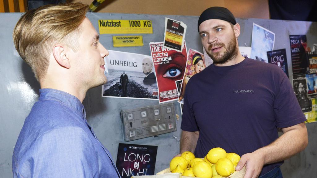 Erik (Patrick Heinrich, r.) ist positiv überrascht, wie unvoreingenommen Lars (Timon Ballenberger) ihm gegenüber ist.
