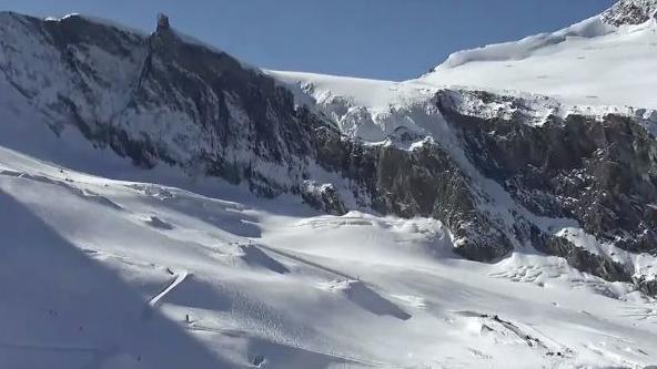 Im beliebten Skigebiet Saas-Fee in der Schweiz soll eine Lawine mehrere Menschen verschüttet haben.