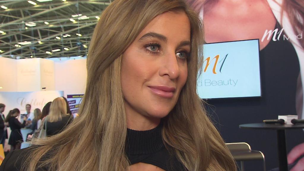 """Moderatorin Charlotte Würdig spricht bei den """"BUNTE Beauty Days"""" über ihre eigenen Beauty-Optimierungen."""