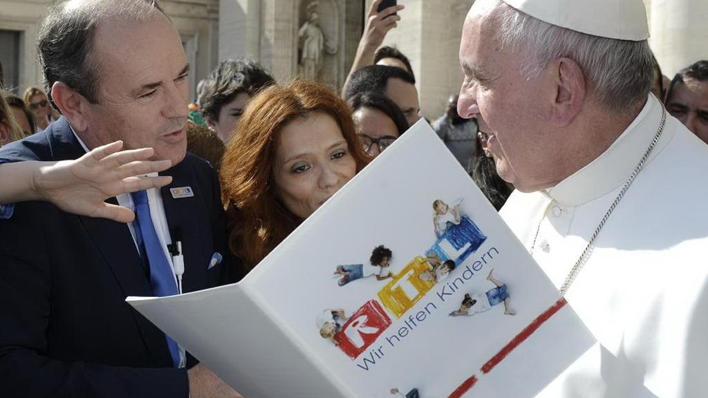 Papst Franziskus und Charity-Leiter Wolfram Kons