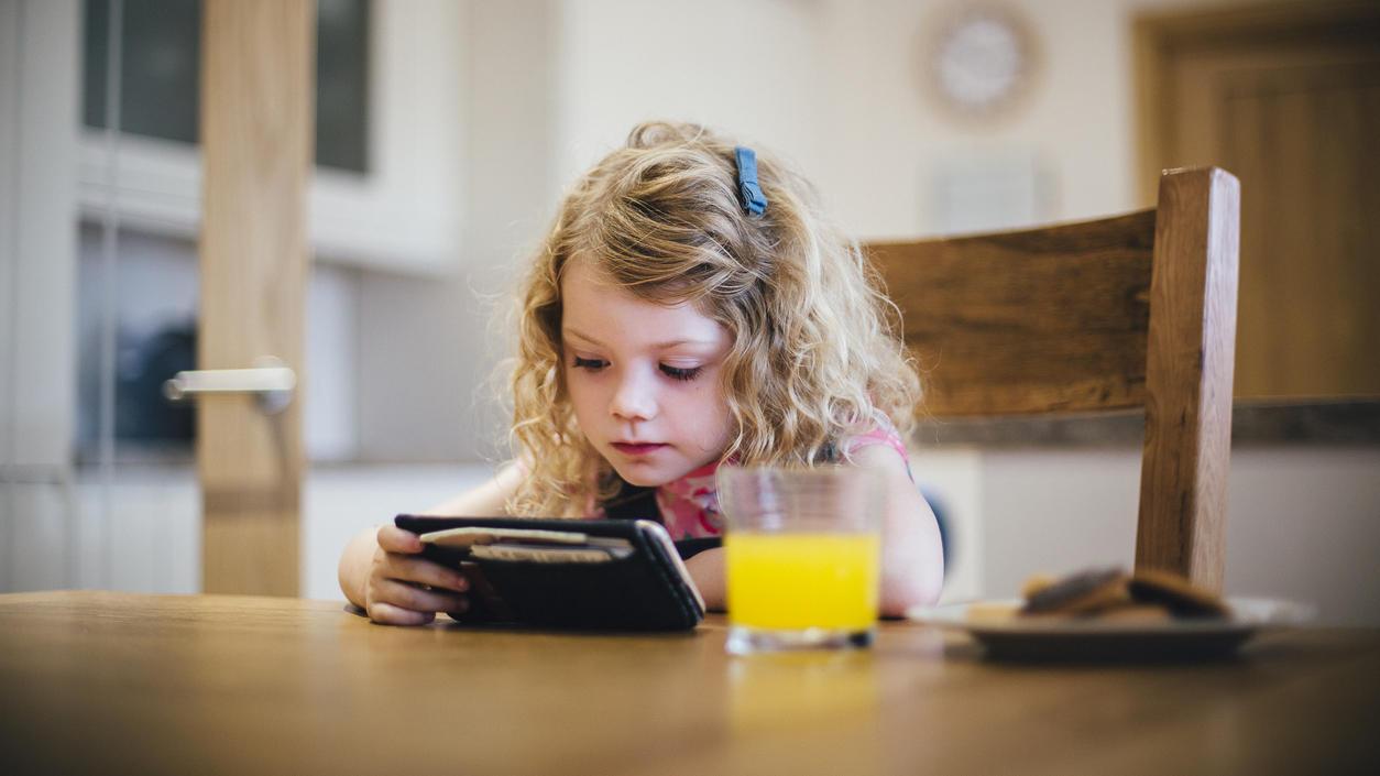 Durch Werbung wird Kindern vermittelt, dass es spezielle Kinderlebensmitttel gibt - die häufig viel Zucker enthalten.
