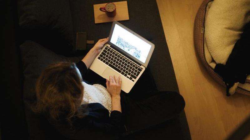 Viele Menschen verdienen ihr Geld mit Micro-Jobs im Internet. Foto: Nicolas Armer/dpa