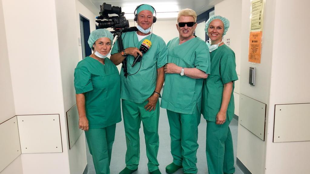 Heino mit einem OP-Team der Düsseldorfer Augenklinik.