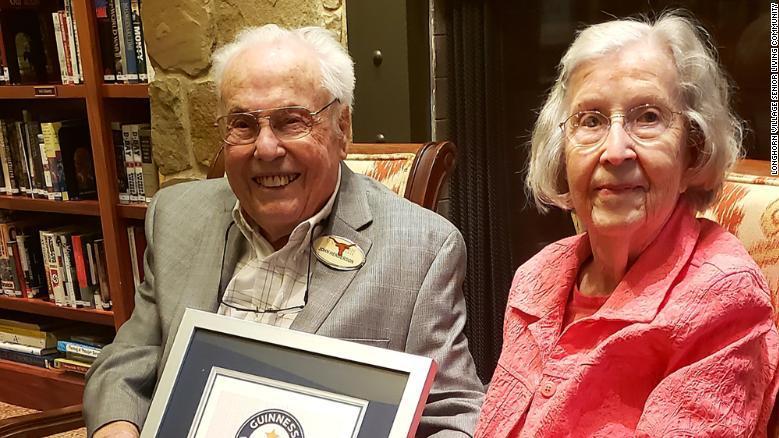 Charlotte und John Henderson haben allen Grund zum Strahlen: Sie sind offiziell das älteste Liebespaar der Welt.
