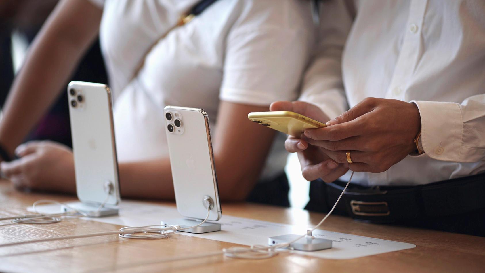 Gloria Elisa Fuentes wollte im Apple Store in Bakersfield im US-Staat Kalifornien ihr kaputtes Display reparieren lassen und übergab ihr iPhone an einen Mitarbeiter.