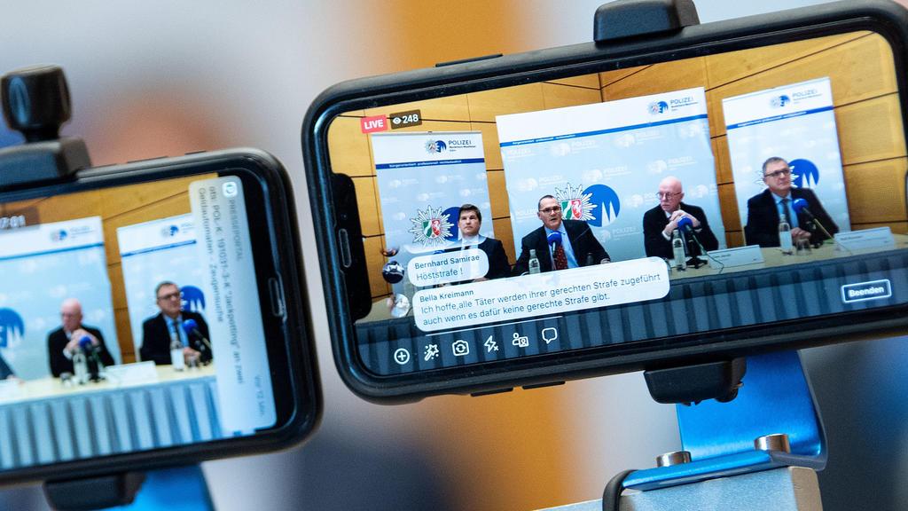 Nordrhein-Westfalen, Bergisch Gladbach: Ein Mitarbeiter der Kölner Polizei streamt die Pressekonferenz mit zwei Mobiltelefonen ins Internet. Im Missbrauchsfall von Bergisch Gladbach befürchten die Ermittler, dass weitere Täter na