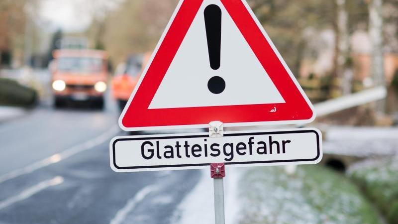 Schild warnt vor Glatteis