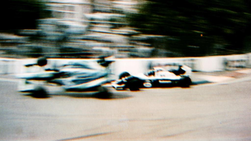 Die Entscheidung im WM-Finale 1994: Michael Schumacher wird bei der Kollision mit Damon Hill ausgehebelt, die rechte Spurstange des Briten geht bei dem Crash kaputt