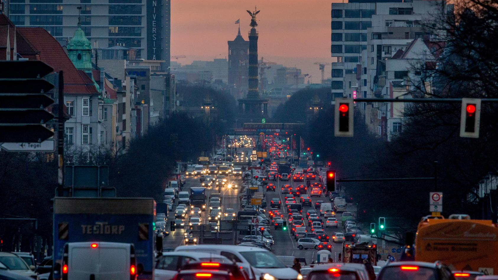 Die Auswirkungen der neuen Klimaschutzgesetze werden alle spüren, die Auto fahren, heizen oder fliegen.