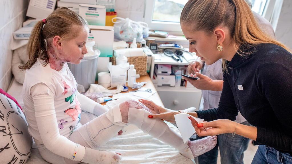 """Das schwere Schicksal von Evelina, genannt Evi, rührt """"RTL – Wir helfen Kindern""""-Patin Victoria Swarovski zu Tränen."""