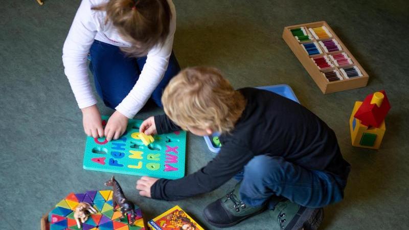 Kinder spielen in einem Kindergarten (Symbolbild)