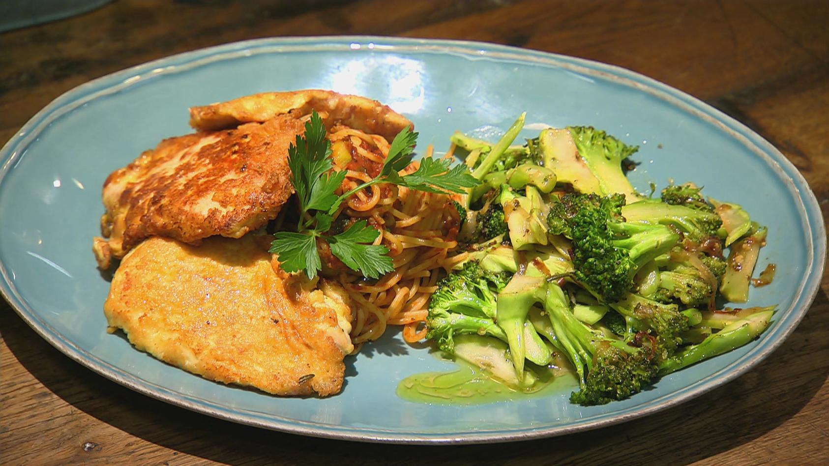 Schnitzel dich glücklich – köstliche Schnitzel-Klassiker: Piccata Milanese mit Nudeln