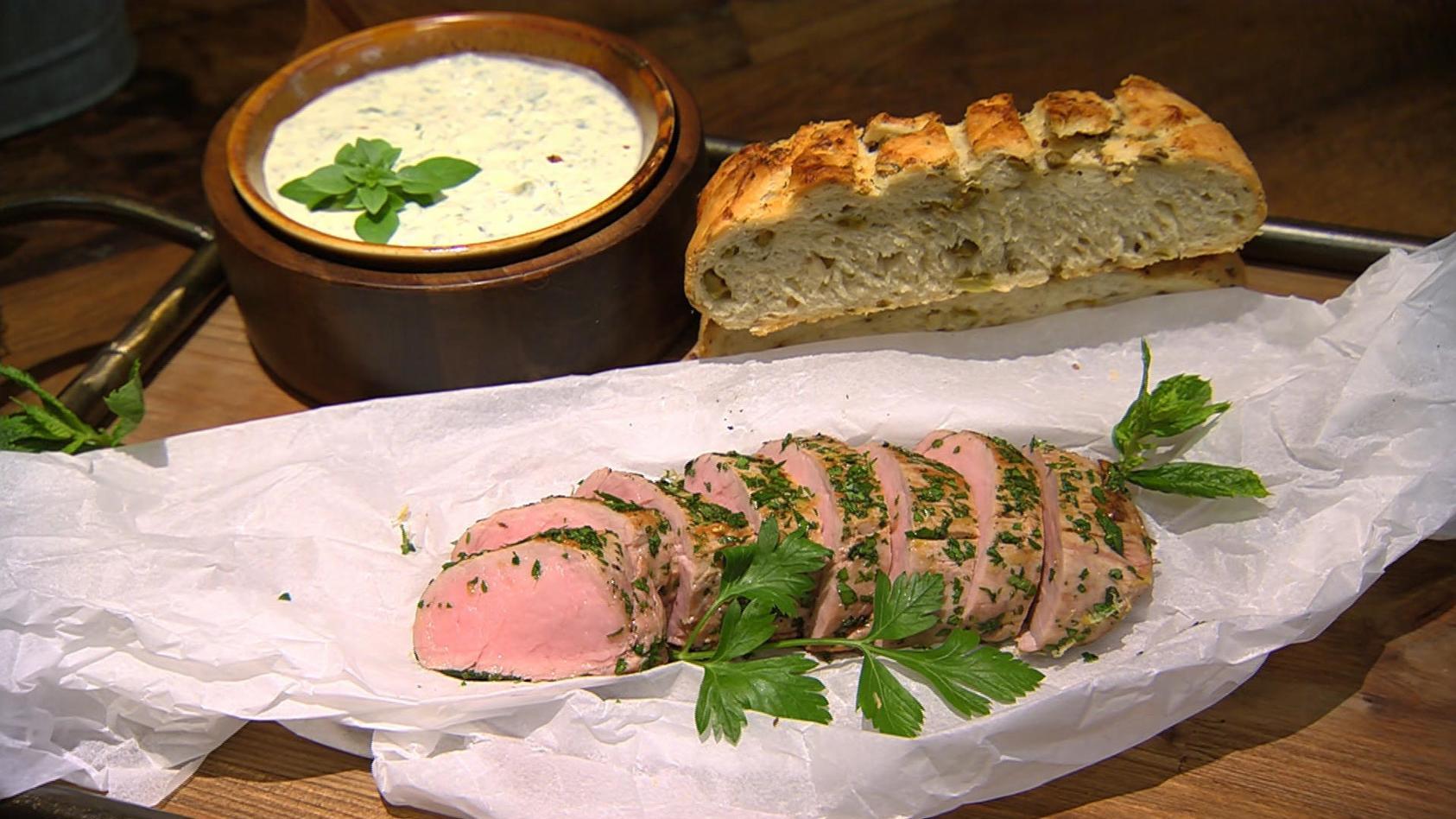 Grüne Kräuterküche: Kräuter-Schweinefilet mit Oliven-Focaccia und Dip