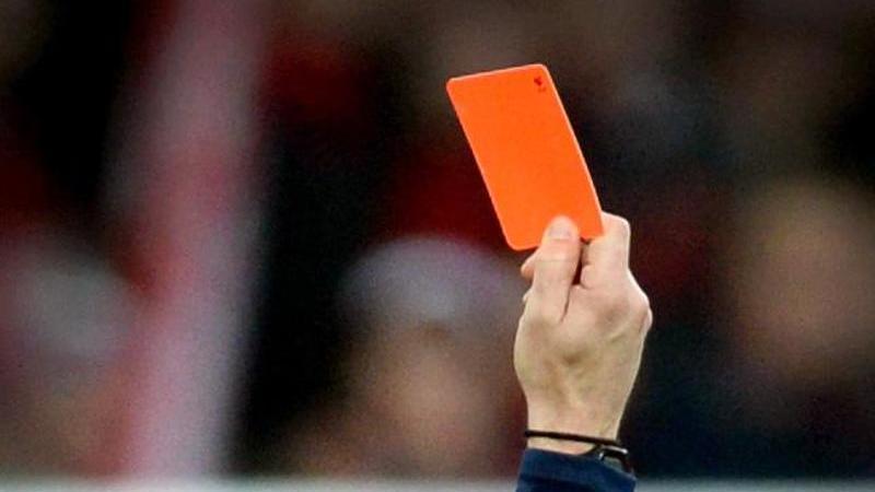 Nach der Gelb-Roten karte rastete der Spieler aus.