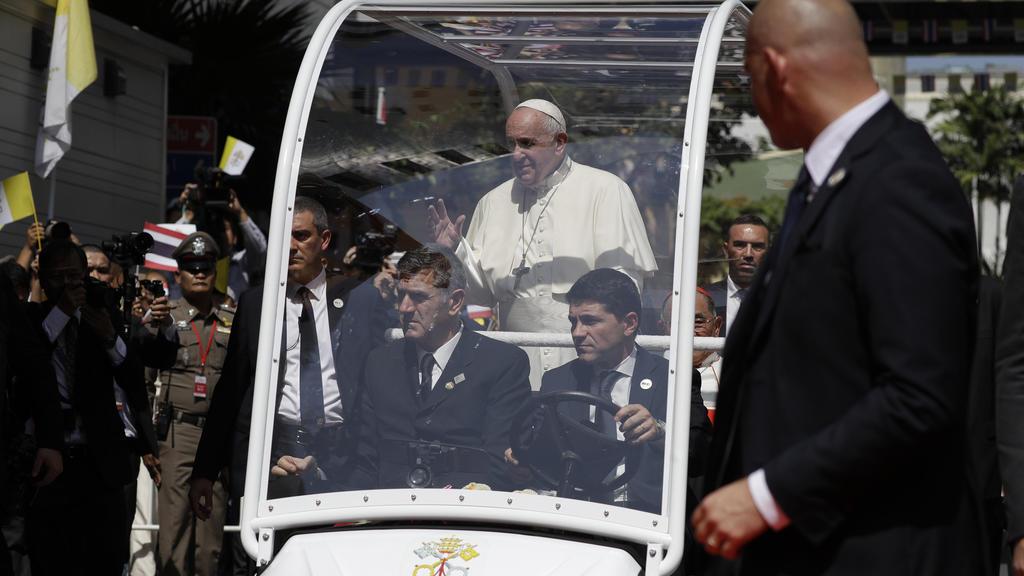 Papst Franziskus winkt Anhängern aus dem Papamobil zu