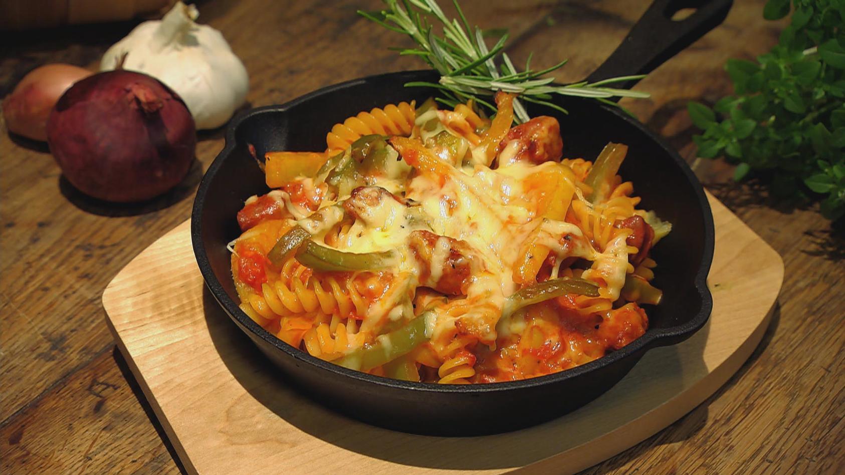 Entspannt ins Wochenende – Vorbereitet gutes Essen genießen: Scharfer Paprika-Nudelauflauf mit Chorizo