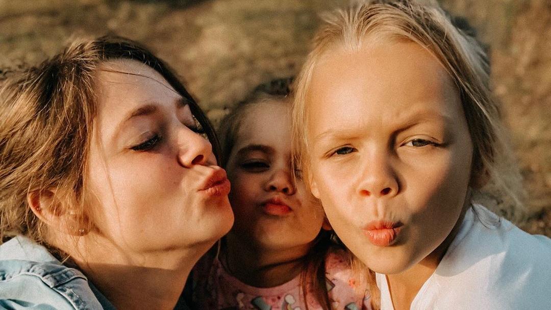 Anne Wünsche mit ihren Töchtern Miley und Juna.