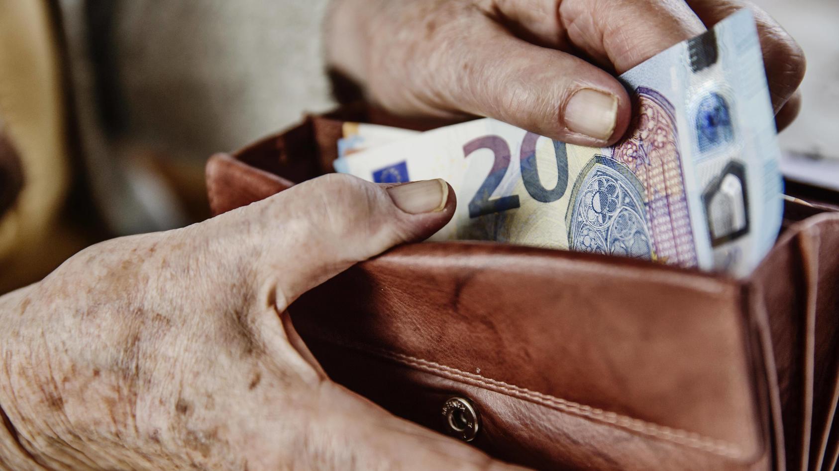 Seniorin zieht einen 20 Euro Schein aus ihrem Portemonnaie, Deutschland, Europa *** A 20 Euro Bill citizen pulls out he