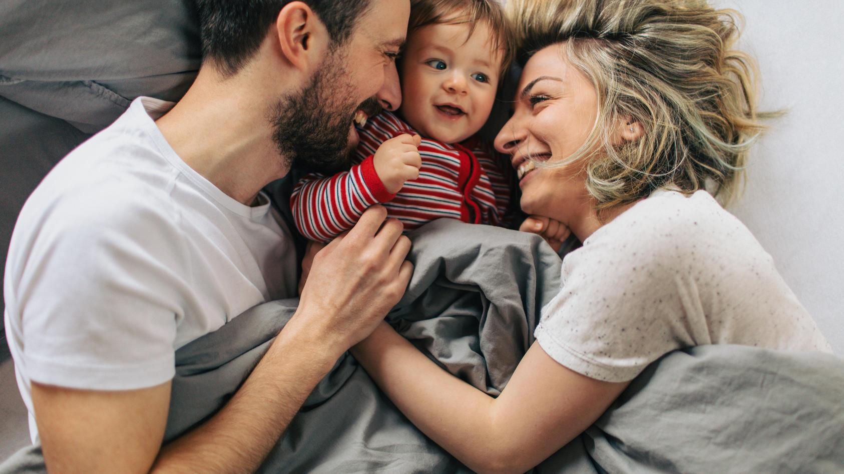Eltern mit Kindern werden oftmals seltener krank als Alleinstehende oder kinderlose Paare.