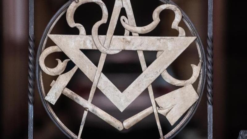 Symbole der Freimaurer im Tor zur Loge