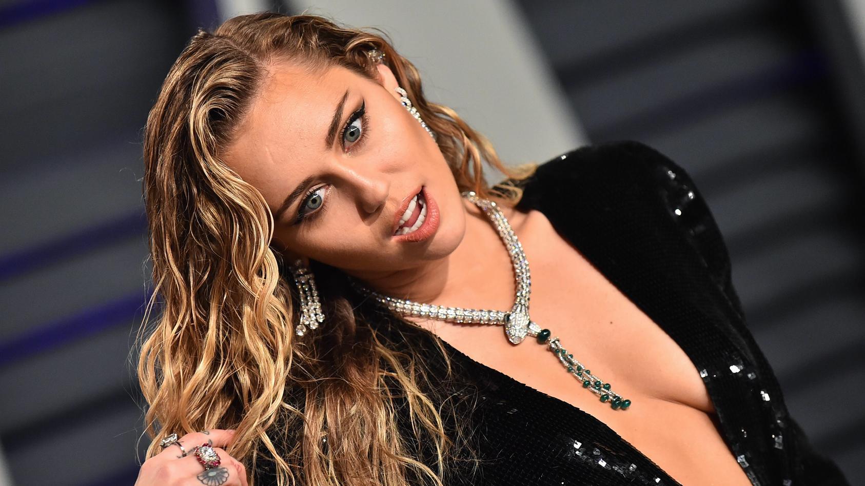 Miley Cyrus hat sich ein neues Tattoo stechen lassen.