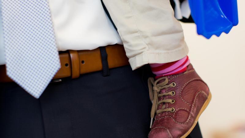 Arbeiten beide Elternteile in Vollzeit, ist die Belastung im Alltag hoch. Der Stress kann gesundheitliche Folgen haben. Foto: Rolf Vennenbernd/dpa