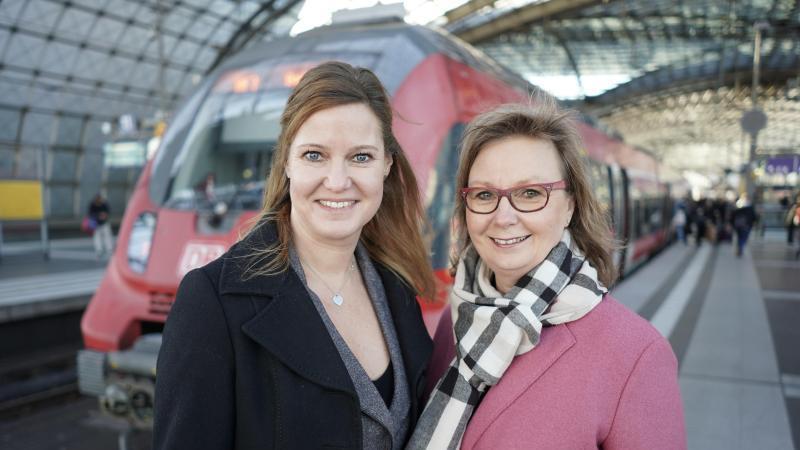 Catherine-Marie Koffnit (l) und Carola Garbe sind ein gemeinsames Führungsduo bei der DBNetz AG. Foto: Jörg Carstensen/dpa/dpa-tmn