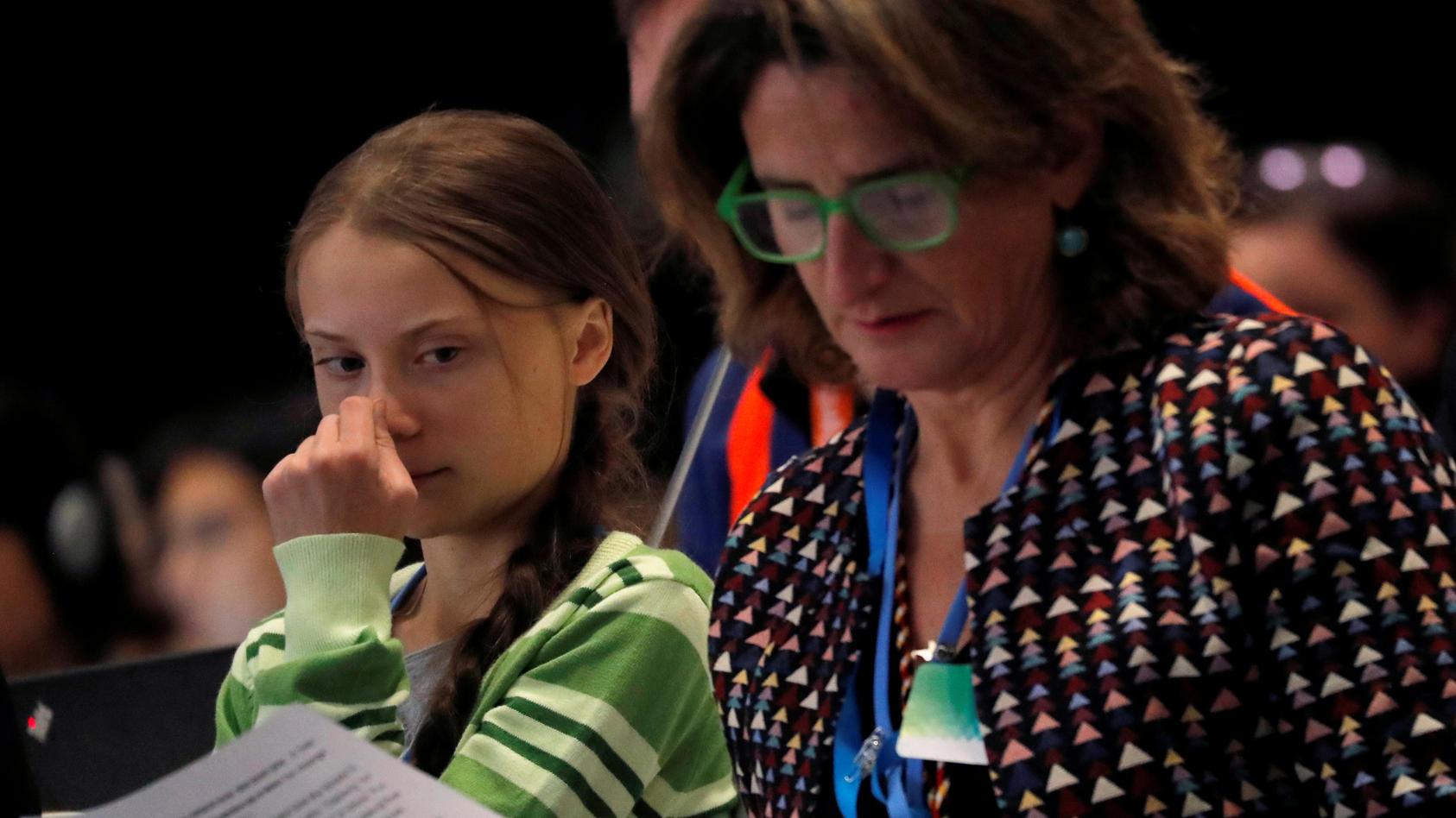 Die spanische Umweltministerin Teresa Ribera auf der Klimakonferenz neben Greta Thunberg.