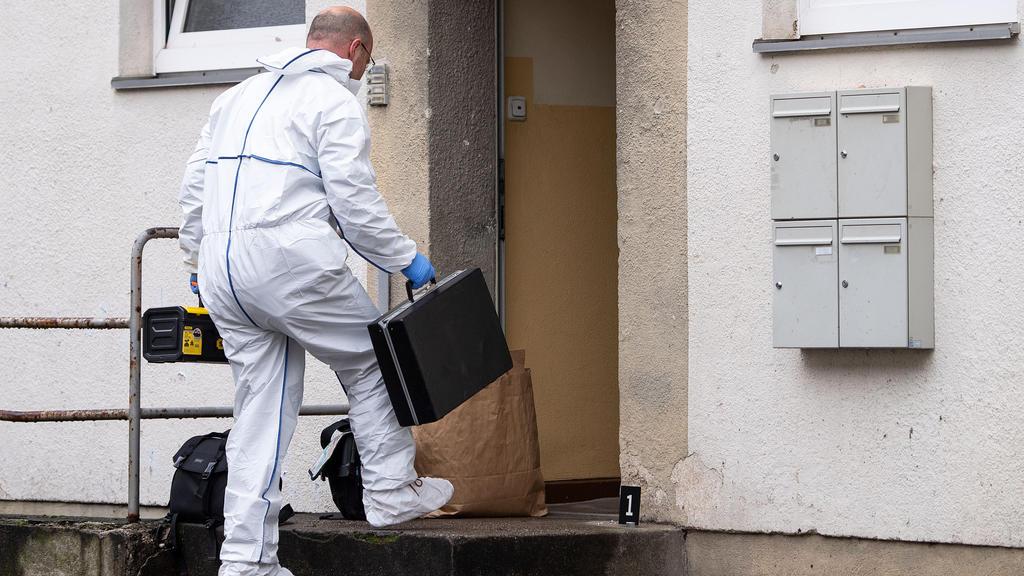 13.12.2019, Nordrhein-Westfalen, Köln: Ein Polizist der Spurensicherung betritt ein Haus. Hier soll ein Mann zwei Mitarbeiter der Stadt Köln bei einem Hausbesuch mit einem Messer angegriffen und einen von ihnen tödlich verletzt haben. Der mutmaßliche