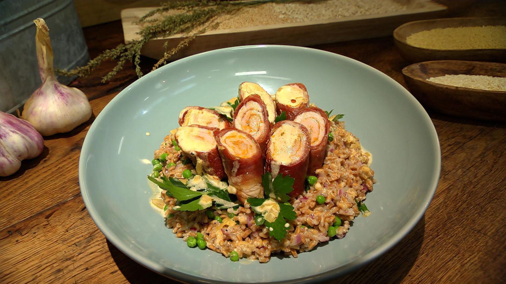 Aufs Korn genommen – Feldfrüchte genießen: Schnitzelröllchen mit Dinkel-Erbsen-Allerlei