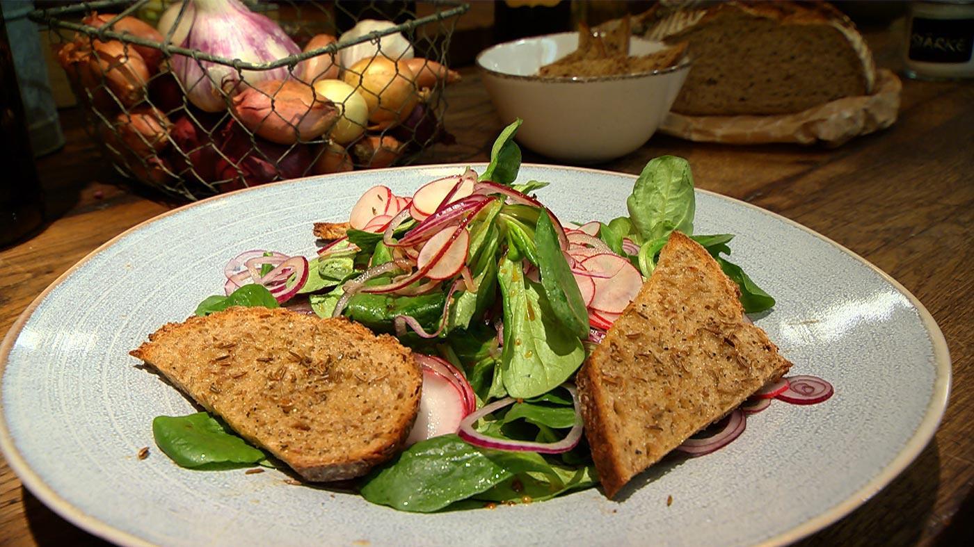 Alles mit Bier – Köstlichkeiten rund um das kühle Helle: Feldsalat mit Bierdressing
