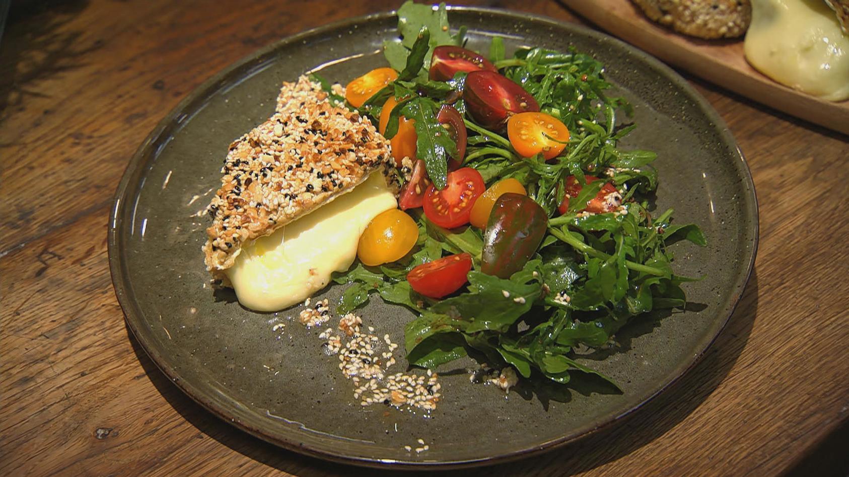 Es wird knusprig – Gerichte mit Nuss- und Mandelkern: Knusper-Camembert und Tomaten-Rauke-Salat