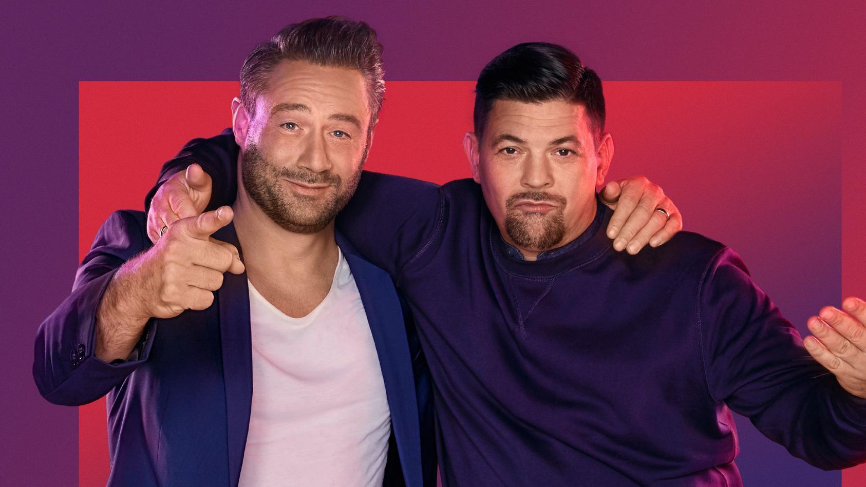 """Tim Mälzer und Sänger Sasha sind """"Best Buddies"""" und kämpfen gemeinsam in ihrer neuen Live-Show """"Alles auf Freundschaft""""."""