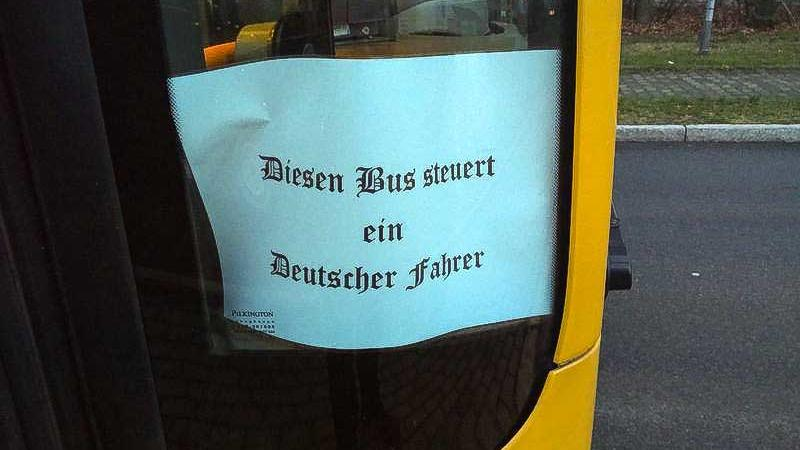 16.12.2019, Sachsen, Dresden: Die Dresdner Verkehrsbetriebe (DVB) haben energisch auf die politische Provokation eines Busfahrers in einem ihrer Linienbusse reagiert. Der Angestellte des Subunternehmens Sachsentrans hatte am Montag an einer Seitensch