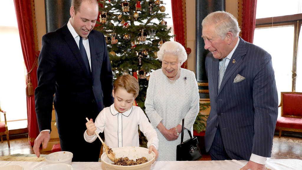 Prinz George macht Christmas Pudding mit Uroma, Opa und Papa.